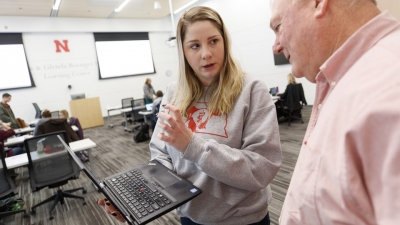 Student Jessica McManigal discusses a problem with Bruce Brodersen, associate professor of veterinary medicine. Links to larger image.